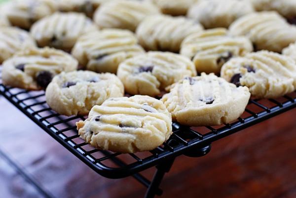 dark-chocolate-chip-almond-shortbread-cookies-2